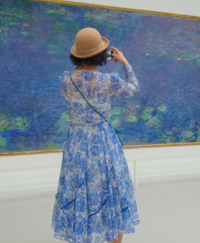 Dress perfectly matching with a painting.