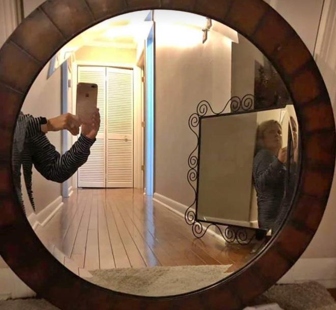Mirror selling selfie.