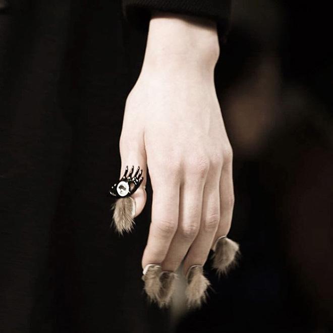 Ongles poilus : tendance beauté maladroite.