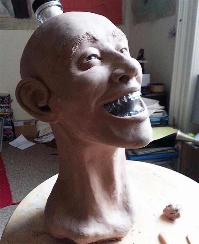Reconstruction faciale d'une bouteille de crâne de vodka.